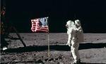 בסוף הוא החזיק מעמד. אלדרין ניצב מול הדגל האמריקאי, סמוך לרכב הנחיתה על הירח (צילום: נאס