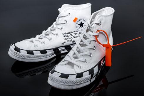 """נעליים, אוף ווייט x קונברס. """"ראיתי אותן באינסטגרם כשהן הושקו, וכשטסתי להופעה בפריז, ידעתי שאמצא אותן שם. זה הפריט הכי יקר שיש לי בארון, שילמתי עליהן משהו כמו 2,500 שקל. מרוב הפחד להרוס אותן, נעלתי אותן רק פעמיים"""" (צילום: ענבל מרמרי)"""