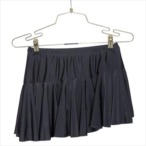 """""""חצאית שאמא שלי שומרת מגיל 7-6, כשלמדתי ריקודים סלוניים ברוסיה. היא כמובן לא עולה עליי היום, אבל זה זיכרון מתוק מהתקופה ההיא""""  (צילום: ענבל מרמרי)"""
