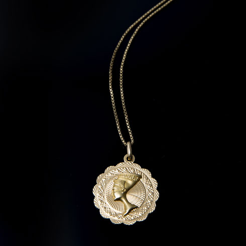 """שרשרת זהב. """"זאת מתנה מסבתא רבתא זויה, שקיבלה את השרשרת מבעלה, שהיה שייט, ובאחד ממסעותיו למצרים הביא לה אותה במתנה. השרשרת עברה אליי ממנה לפני שעלינו לישראל"""" (צילום: ענבל מרמרי)"""