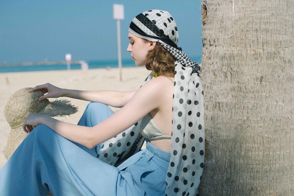 בגד ים וכובע - Cos | מכנסיים, סבינה מוסייב | צעיף, דניאלה להבי (צילום: הילה כדי)