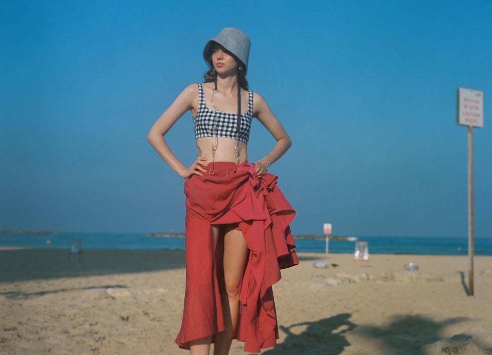 בגד ים, אגלי דקלינג | חצאית, H&M | כובע ושרשרת - Cos | עגילים וצמיד - Eli art to wear (צילום: הילה כדי)