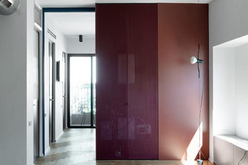 ארון עם דלת ברזל מחורר, שמסתירה את מערכות החשמל (צילום: גדעון לוין)