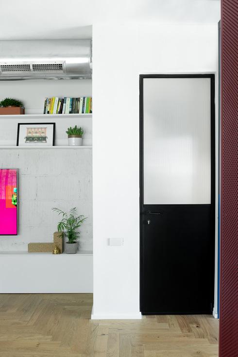 דלתות קלות, מברזל וזכוכית, לחדרי הרחצה והשירותים  (צילום: גדעון לוין)