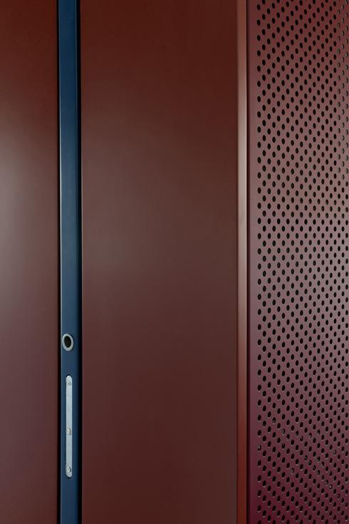 מבט מקרוב על הארון ודלת ההזזה ששולבה בו (צילום: גדעון לוין)