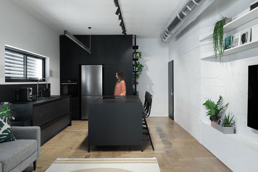 """לדירה, ששטחה 55 מ""""ר, יש מבנה מאתגר: חלל מלבני צר מאוד וארוך (13.5 מטרים על 3.8 בחלק הצר), עם שני כיווני אוויר. """"על ידי שימוש בנגרות או מסגרות במקום קירות"""", מסבירות המעצבות, """"אנחנו יכולות לחסוך מקום וליצור מרחב בעל גמישות מקסימלית""""  (צילום: גדעון לוין)"""