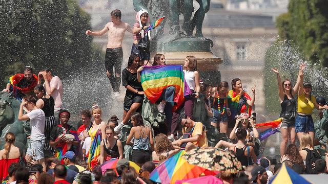 גל חום ב אירופה מצעד גאווה ב פריז צרפת (צילום: רויטרס)