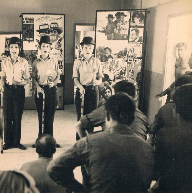 """""""הייתי מיועדת לצאת לגרעין נח""""ל ולהיות מורה חיילת בקיבוץ מתוך אידיאליזם. אבל הגרעין שלי התפרק וכולם אמרו לי: 'לכי ללהקות הצבאיות'"""". ניצה שאול (משמאל) בהופעה של להקת פיקוד מרכז ב-1969 (צילום: אלבומה הפרטי של גליה ישי, cc)"""