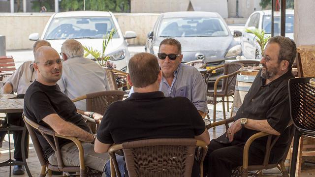 אהוד ברק ואלדד יניב בבית קפה