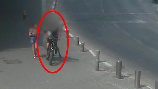 תיעוד קטינים שביצעו חטיפות רכוש כשהם רכובים על אופניים חשמליים ()