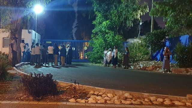 התקהלות מול תחנת משטרת זבולון לאחר הירי בצעיר ממוצא אתיופי בקריית חיים (צילום: ליאור אל-חי)