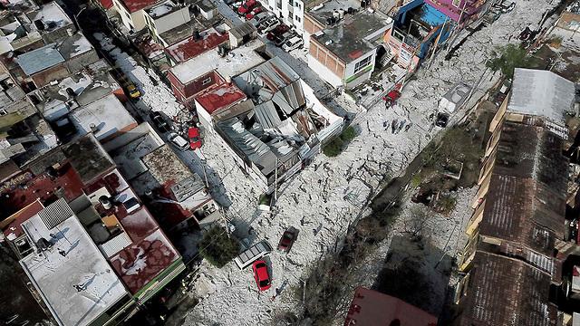 מקסיקו סופת ברד מפתיעה באמצע הקיץ קרח בגובה מטר וחצי (צילום: AFP)
