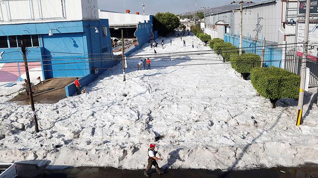 מקסיקו סופת ברד מפתיעה באמצע הקיץ קרח בגובה מטר וחצי (צילום: EPA)