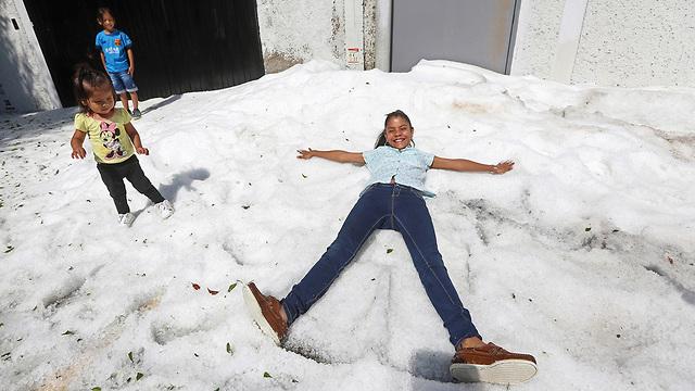 מקסיקו סופת ברד מפתיעה באמצע הקיץ קרח בגובה מטר וחצי (צילום: רויטרס)