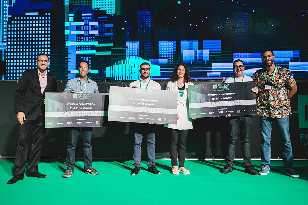 הזוכים במקומות הראשונים מקבלים את הפרס (צילום: tomer Foltyn)