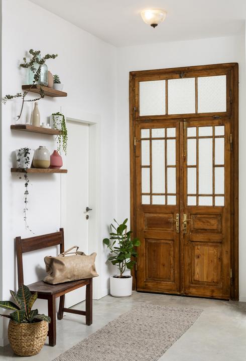 דלת הכניסה. היא נשמרה בצד עוד לפני תכנון הבית, ומידות הפתח הותאמו לה (צילום: בועז לביא)