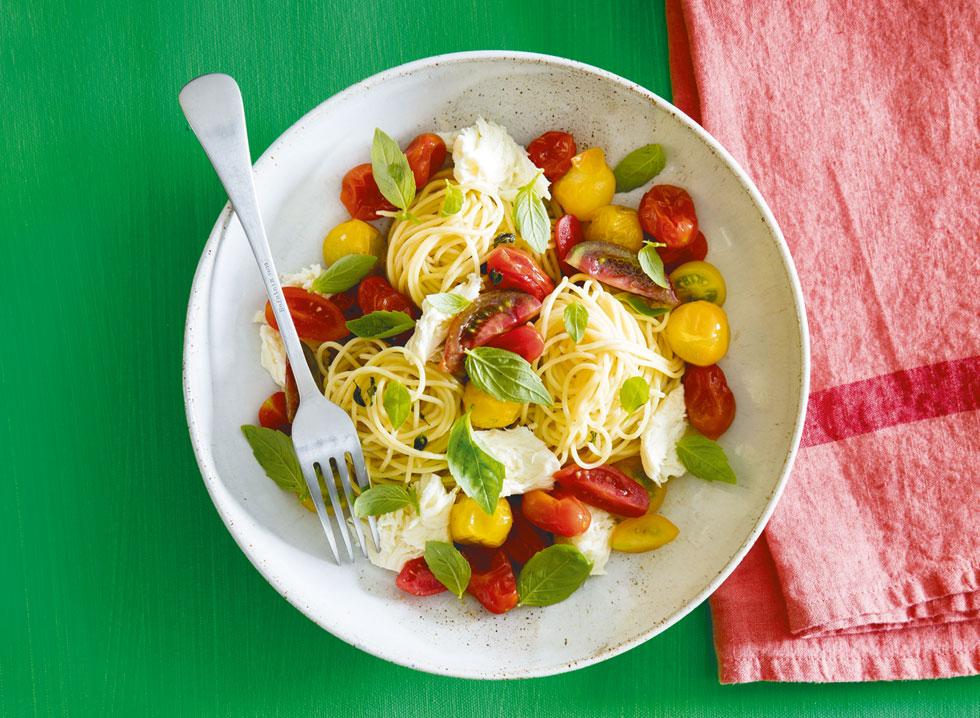 ספגטיני קפרזה עם עגבניות שרי  (צילום: יוסי סליס  סגנון והכנה: נטשה חיימוביץ')