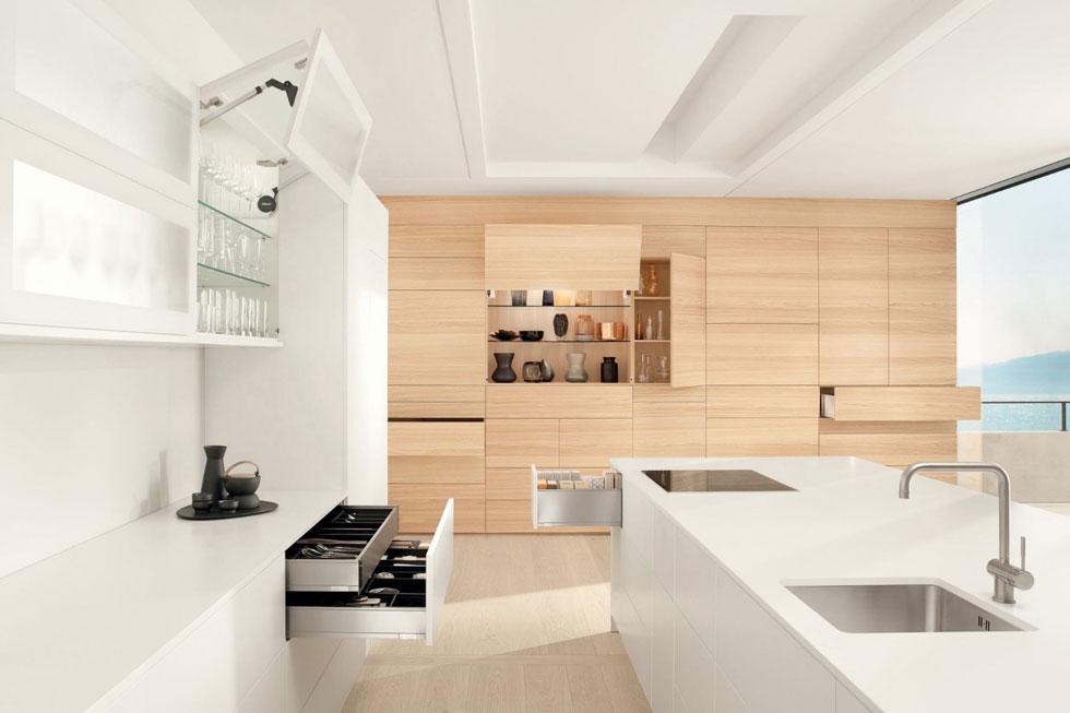 למי שחושש ללכת עד הסוף: שילוב של קיר ארונות עם דלתות עץ בהיר, במטבח שרובו לבן. ''בלורן''