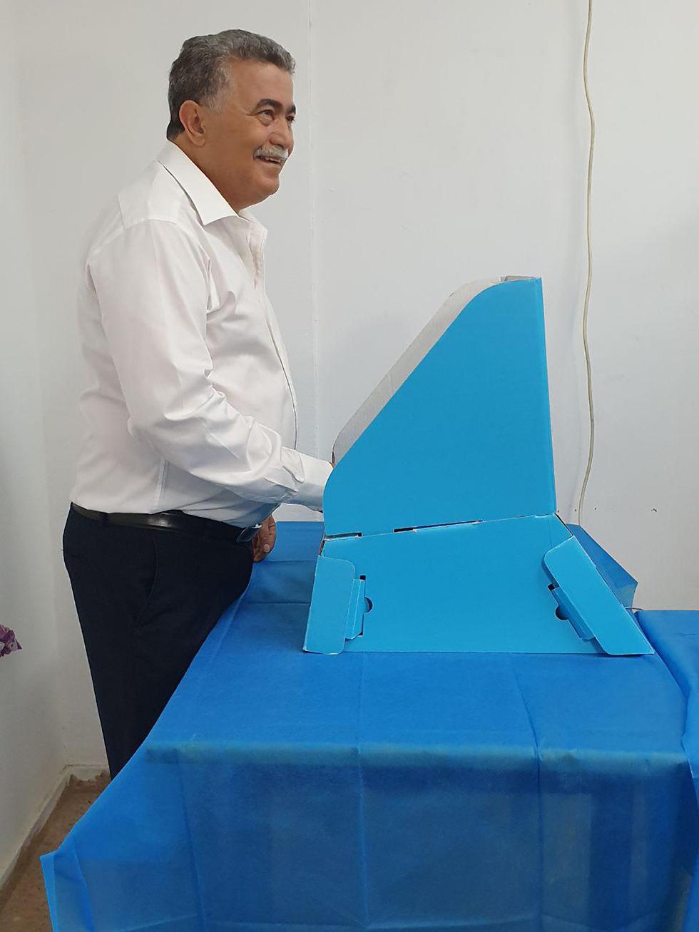 עמיר פרץ מצביע בשדרות בפריימריז של מפלגת העבודה (צילום: אילנה קוריאל)