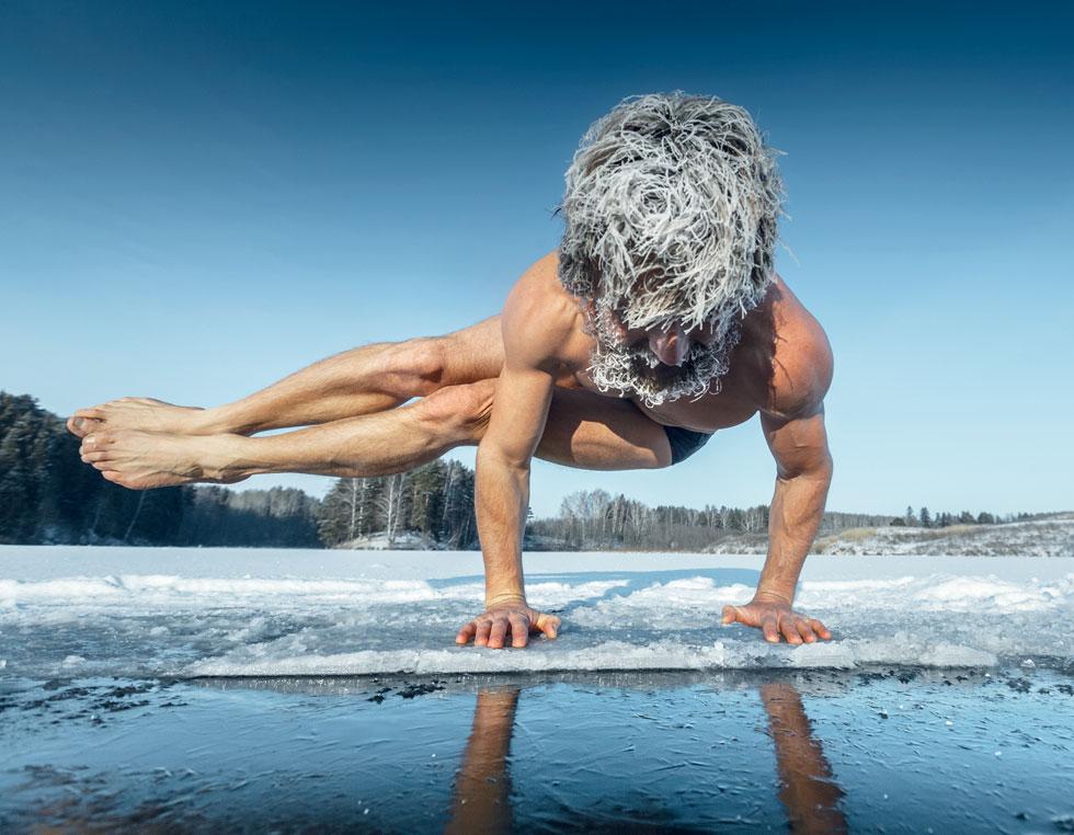 """הוף, """"איש הקרח"""", שחה מתחת לקרח באגם פיני, סיים ריצת מרתון יחפה על משטח קרח בחוג הארקטי, שבר שיא בטיפוס על האוורסט המושלג במכנסיים קצרים בלבד, ושהה במכל קרח כמעט שעתיים (צילום: באדיבות שיטת וים הוף)"""
