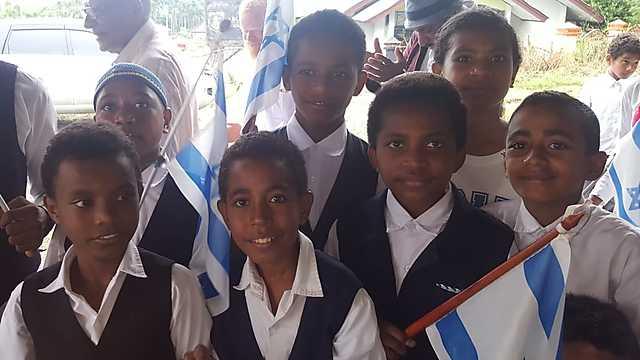 ילדים בקהילת המתייהדים בפפואה (קרדיט: באדיבות הרב טוביה סינגר והרב אליהו בירנבוים )