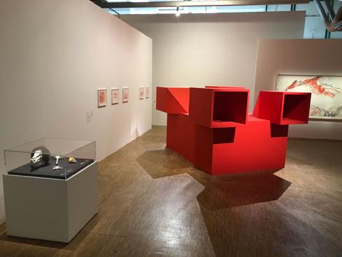 באחד מאולמות התערוכה (צילום: ורד אליעזרי גנשרוא)