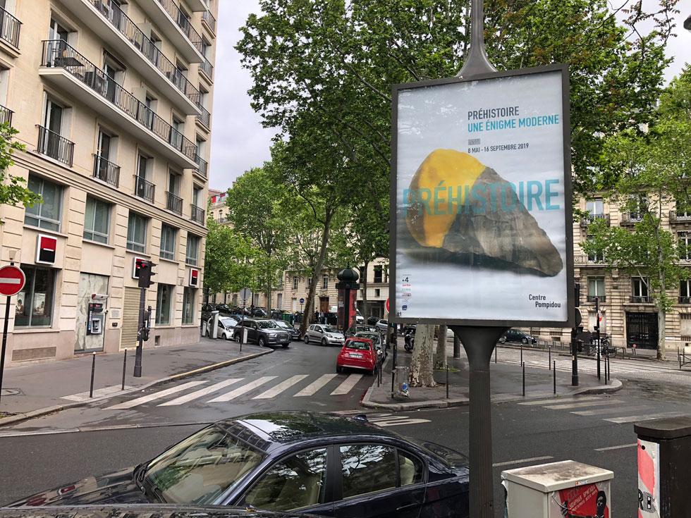 התערוכה ''פרהיסטוריה - חידה מודרנית'' פתוחה עד 16 בספטמבר. כ''פנים'' של שלטי החוצות ברחובות פריז ושער הקטלוג נבחרה עבודה של ''עמידב'', הסטודיו שהקימו יחד צמד המעצבים עמי דרך ודב גנשרוא, ושפעל עד למותו הפתאומי של דרך, לפני כשבע שנים (צילום: ורד אליעזרי גנשרוא)