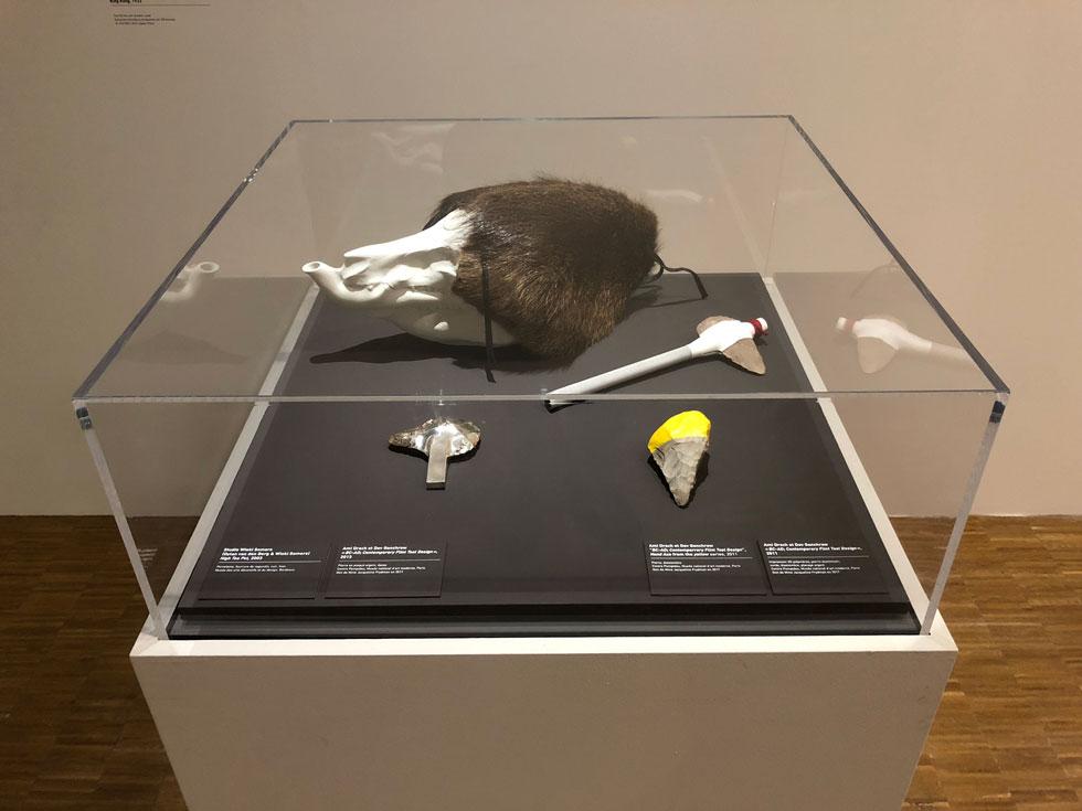 בקוביית זכוכית באחד האולמות הוצבו שלושה פריטים של סטודיו ''עמידב'', המבוססים על אבני צור - כלי העבודה שנמצא בשימוש בני האדם במשך 2.5 מיליון השנים של תקופת האבן (צילום: ורד אליעזרי גנשרוא)