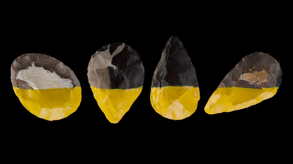 תחילת התהליך - בשיברור של אבני צור מהמדבר: ''התחברנו לעניין של לקחת שתי אבנים, לתת מכה - ולקבל כלי'', מספר גנשרוא. בסדרה הראשונה שיצרו טבלו את אבני היד בגומי צהוב: ''הגומי נותן אחיזה טובה יותר ומשכך זעזועים. הוא יוצר דו שיח עם עולם כלי היד העכשוויים'' (צילום: מוטי פישביין)