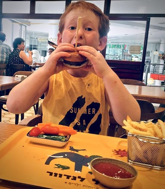 ההמבורגר מעניק פיצוי הולם להיעדר הקינוח (צילום: לין לוי)