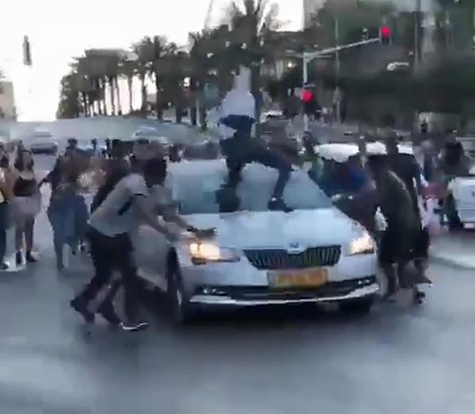 """Нападение на водителя в Тель-Авиве. Кадр видеозаписи. Предоставлено организацией """"Аншей ха-дмама"""" (Photo: Hadmama)"""