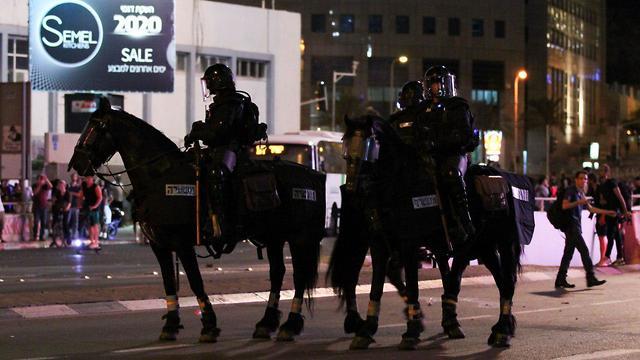 Конная полиция у перекрестка Азриэли в ночь на 3 июля. Фото: Габи Хен