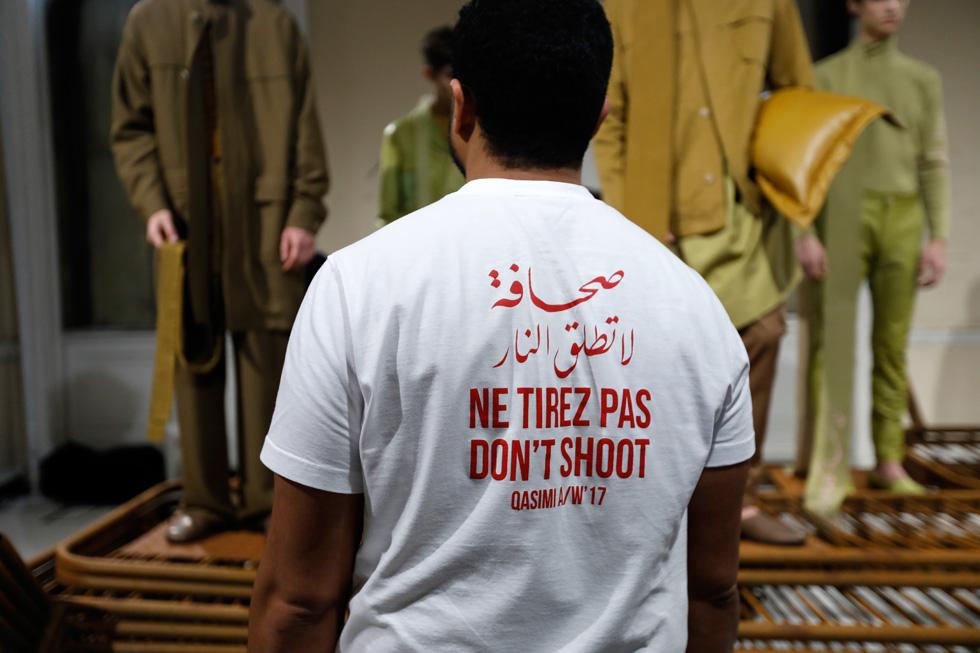 """החולצה עם הכיתוב """"אל תירה"""" בערבית, צרפתית ואנגלית בקולקציית סתיו-חורף 2017-18 של קסימי (צילום: Tristan Fewings/GettyimagesIL)"""