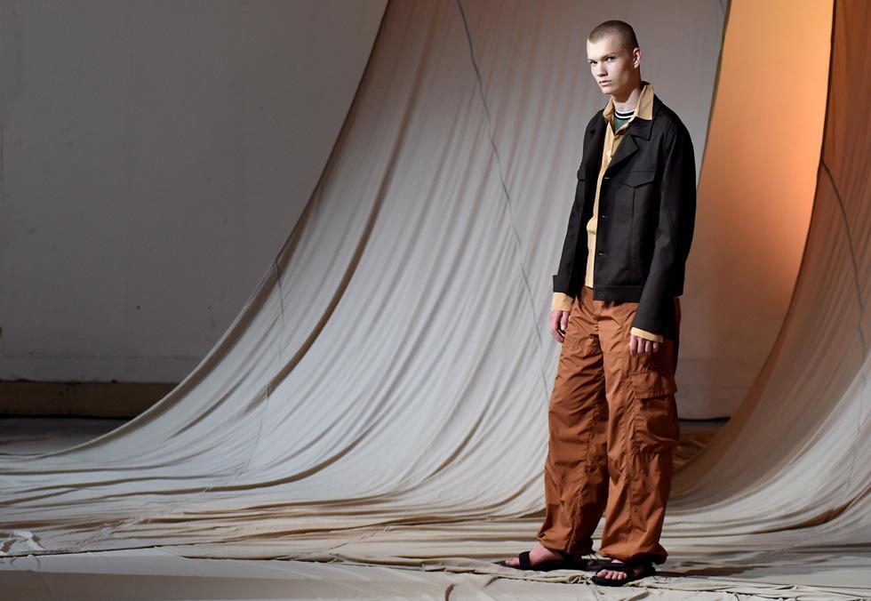 """מאחורי הקלעים בתצוגה. """"חאלד קסימי היה מעצב צעיר ומוכשר, והקולקציות שיצר הפגינו חשיבה מודרנית, אלגנטית וחזון עתידי"""", ספדה לו קרוליין ראש, מנכ""""לית מועצת האופנה הבריטית  (צילום: Tabatha Fireman/GettyimagesIL)"""