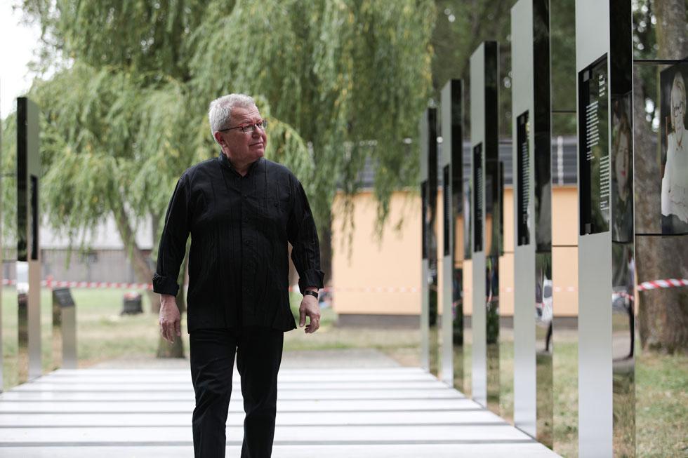 האדריכל דניאל ליבסקינד בתערוכה, השבוע: ''הביקור הראשון שלי באושוויץ היה ב-1956. הכל היה אפרורי, כמו בתצלומים הישנים'' (צילום: Jakub Wlodek)