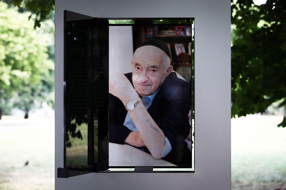 דיוקנו של אברהם זלצר, בן 91, שגר היום בקווינס. הדיוקנאות הם בגודל מציאותי (צילום: Jakub Wlodek)