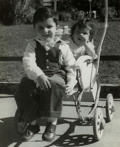 """גיל ברימן בגיל שנה, עם אחיו רון. """"לבשל אותי, ואז להקפיא"""" (צילום: אלבום פרטי)"""