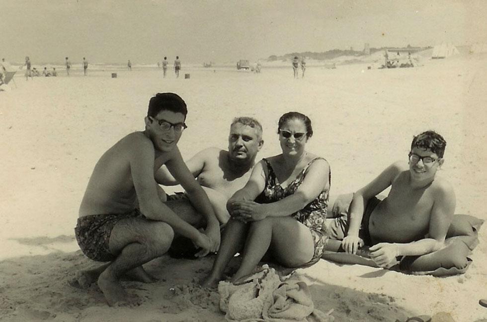 """ברימן (מימין) עם הוריו ואחיו בקיסריה. """"הוריי עבדו קשה כדי לגדל אותי כילד בריא"""" (צילום: אלבום פרטי)"""