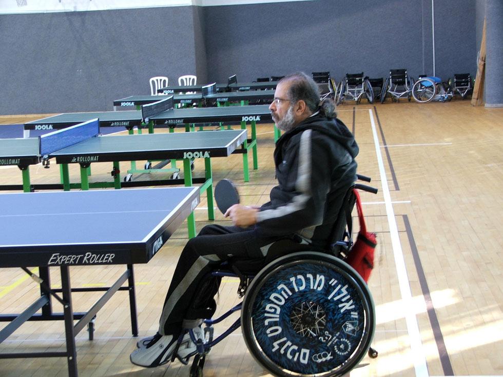 """משחק טניס שולחן. """"זכיתי בגביעים בתחרויות לנכים"""" (צילום: אלבום פרטי)"""