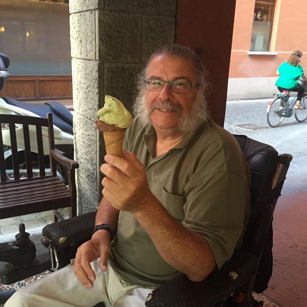 """ברימן בבולוניה. """"אמרו לי שכשאחלום על עצמי בכיסא גלגלים, זה הסימן שהשלמתי באופן סופי עם מצבי. אני, בחלומות שלי, עדיין הולך"""" (צילום: אלבום פרטי)"""