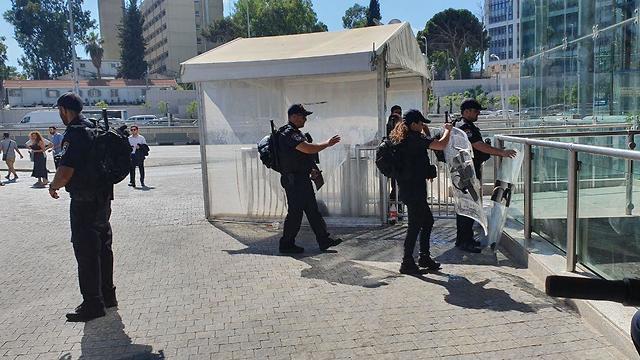 שוטרים מתכוננים להפגנות יוצאי אתיופיה בצומת עזריאלי בתל אביב (צילום: איתי בלומנטל)