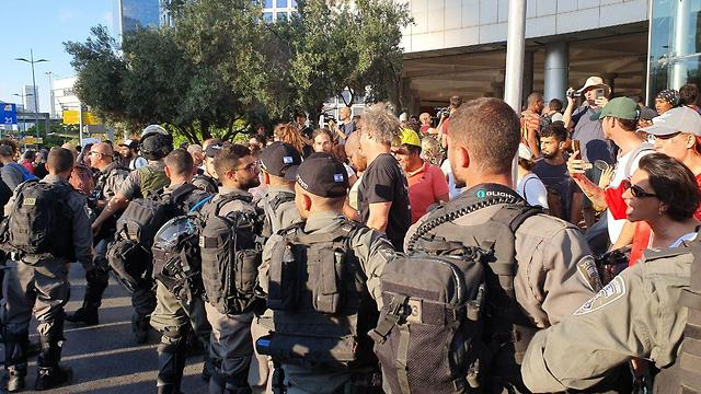 היערכות המשטרה להפגנות יוצאי אתיופיה בצומת עזריאלי בתל אביב ()