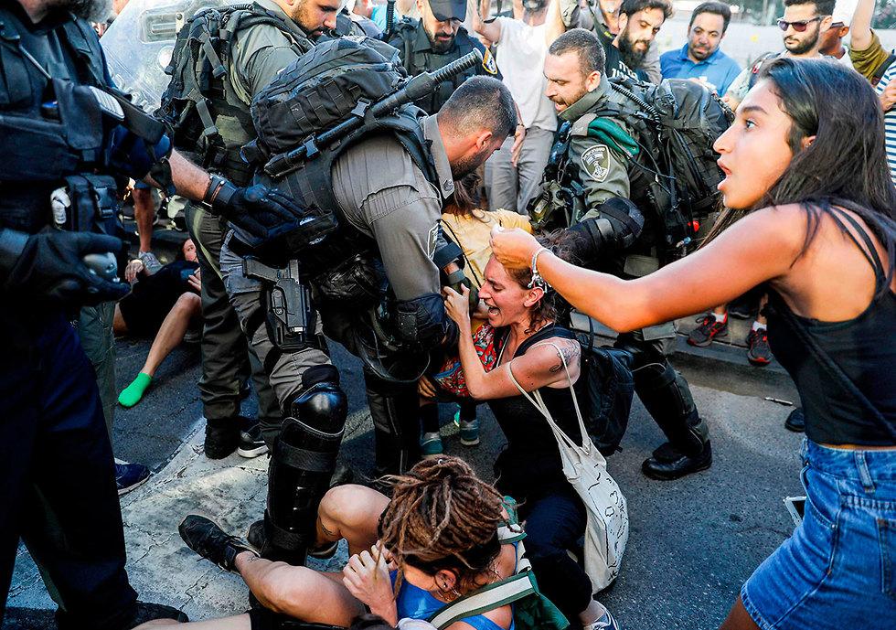 מחאת יוצאי אתיופיה בצומת עזריאלי בתל אביב (צילום: AFP)
