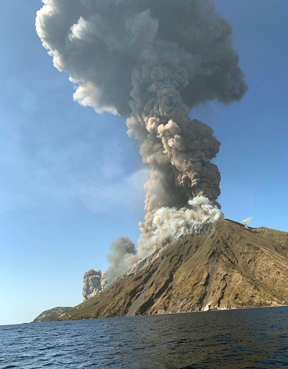 איטליה התפרצות הר געש באי סטרומבולי תייר נהרג (צילום: רויטרס)