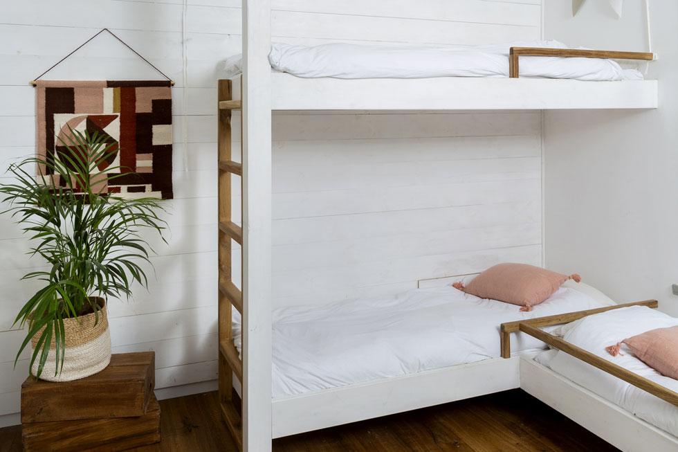 מיטת קומתיים משולשת נבנתה במיוחד לשלושת הילדים הגדולים, כדי שיוכלו לישון יחד (צילום: בועז לביא)