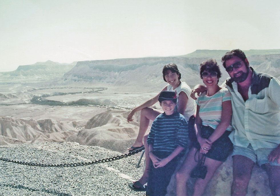 """תמונת ילדות עם ההורים והאחות הקטנה. """"היינו מטיילים בארץ בשבתות ומכירים אותה לאורכה ולרוחבה""""  (צילום: אלבום פרטי)"""
