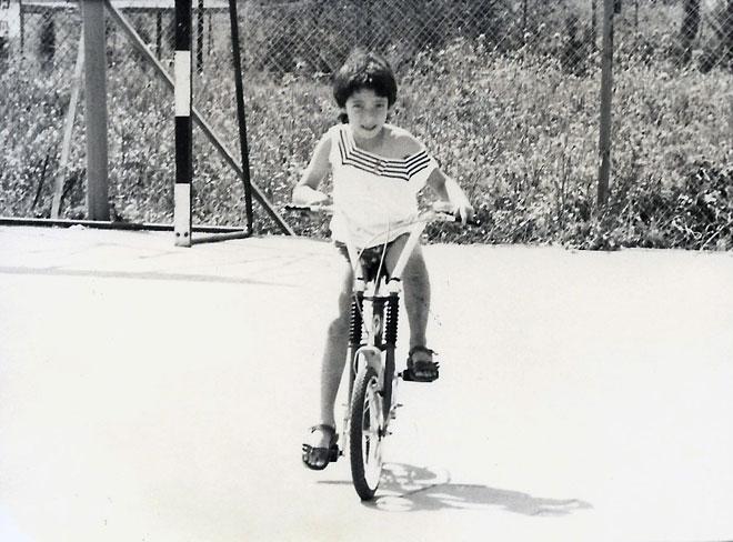 """ענבל טור-שלום בילדותה. """"היה לי ברור שהכיוון שלי זה אמנות"""" (צילום: אלבום פרטי)"""