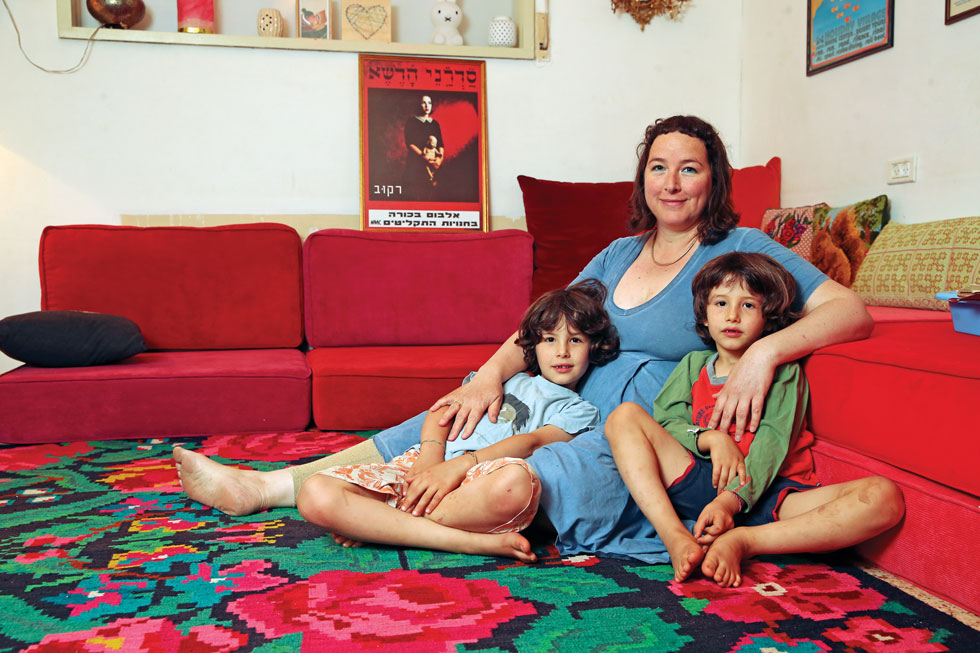 """מורג רובננקו־דיין והילדים, סופיאן ונריאן. """"גם כשהייתי נערת פאנק קודרת, בבסיסי הייתי אדם מטפל, חברותי ואוהב אדם. כשהבאתי ילדים לעולם הבנתי שזה הכי אני"""" (צילום: אלעד גרשגורן)"""