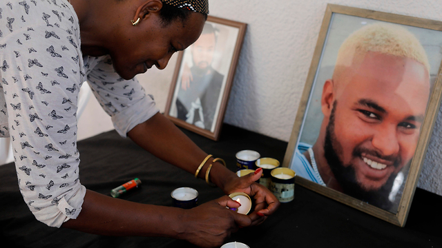 Solomon Tekah's family at his grave (צילום: AFP)