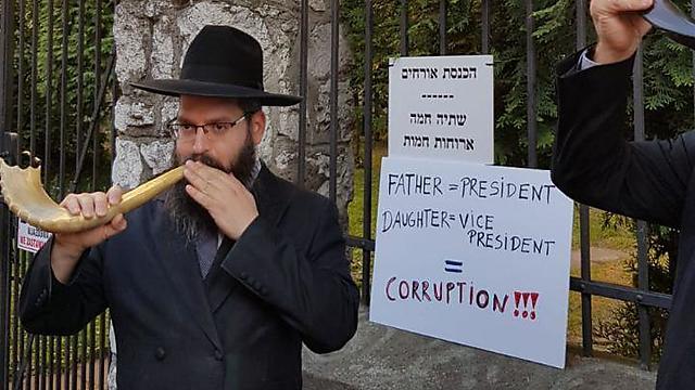 הרב אליעזר גור אריה מחוץ לבית הכנסת (צילום: שלומי שקד)
